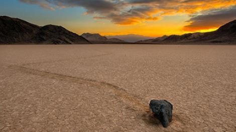Le déplacement des roches sur le lit du lac Racetrack, dans le parc national de la Death Valley