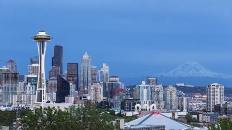 La tour Space Needle et le mont Rainier à Seattle, État de Washington