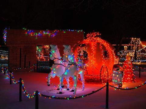 Illuminations féeriques pour les fêtes au parc à thèmes pour enfants de Storybook Island