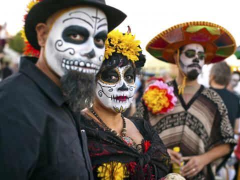 Festivaliers maquillés selon la tradition des « sugar skulls » (ou « calaveras ») lors de l'All Souls Procession Weekend