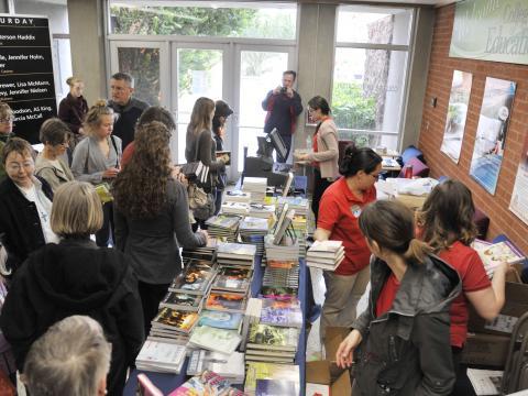 Lecteurs avides au festival du livre de Tucson