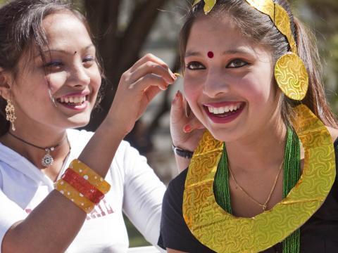 Jeunes femmes souriantes au festival des traditions populaires Tucson Meet Yourself