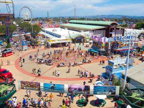 Une vue aérienne de la fête foraine du comté d'Orange