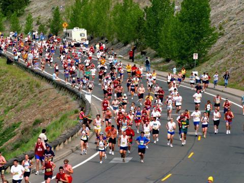 Coureurs négociant le virage du Bloomsday Run, une course organisée au mois de mai