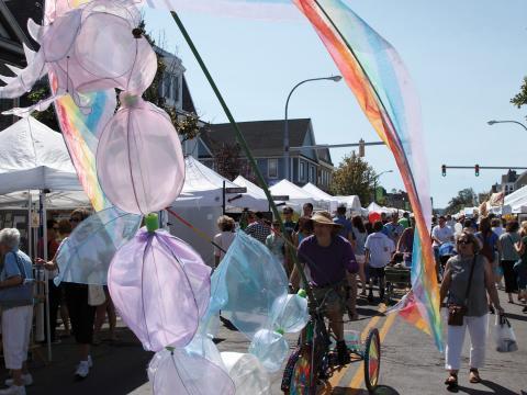 Un vélo haut en couleur défilant dans les rues lors de l'Elmwood Avenue Festival of the Arts