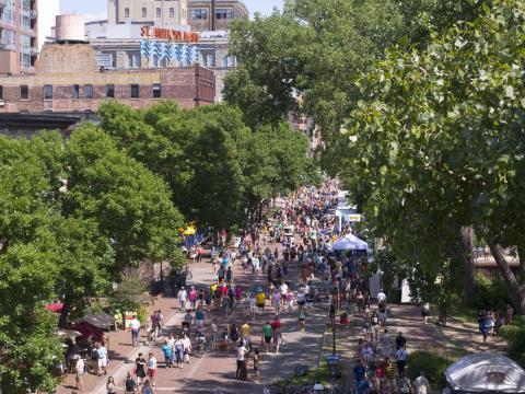 Main Street au cœur de l'action lors du Stone Arch Bridge Festival