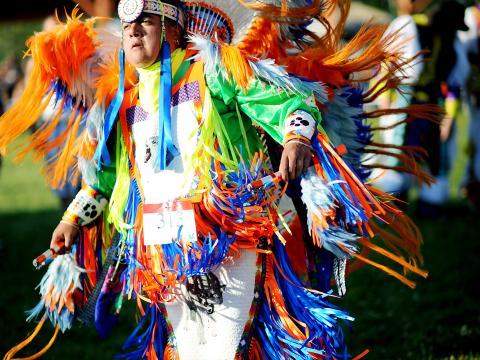 Homme participant au Sault Tribe Summer Gathering Powwow