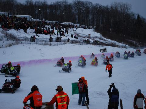 Concurrents de la course annuelle de motoneiges I-500 Snowmobile Race
