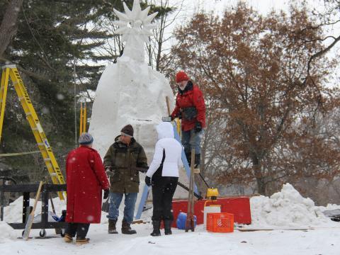 Œuvre en cours de réalisation lors du concours de sculpture sur neige de l'Illinois
