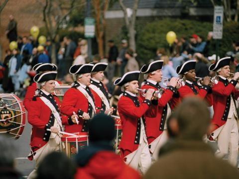 Corps de fifres et tambours défilant lors du week-end de commémoration de l'anniversaire de George Washington