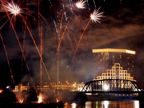 Fusées de feu d'artifice montant en flèche au-dessus de la ville lors du festival Rockets Over the Red