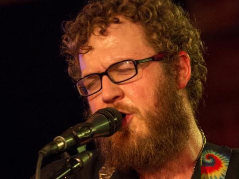 Musicien jouant devant le public du Treefort Music Festival de Boise