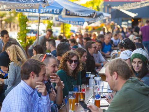 Dégustation de bières en terrasse à Denver Beer Co.