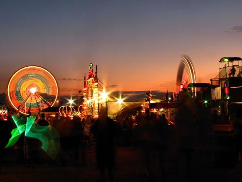 Attractions illuminées de la fête foraine du comté d'Olmsted