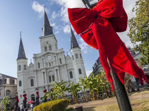 La cathédrale St. Louis et Jackson Square agrémentés de jolis nœuds rouges pour les fêtes