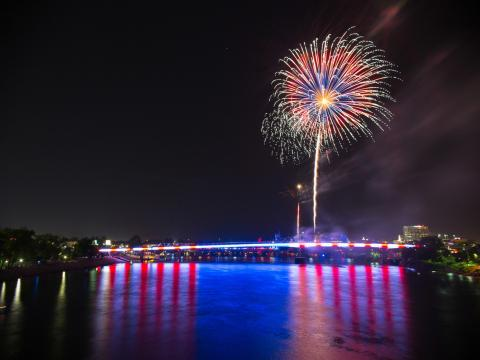 Feux d'artifice aux couleurs du drapeau américain lors de l'événement Pops on the River
