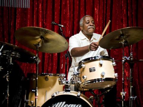 Batteur en plein set au Portland Jazz Festival