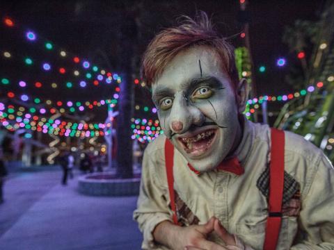 Personnage grimé à l'occasion des nuits de l'horreur du parc à thèmes Knott's Scary Farm