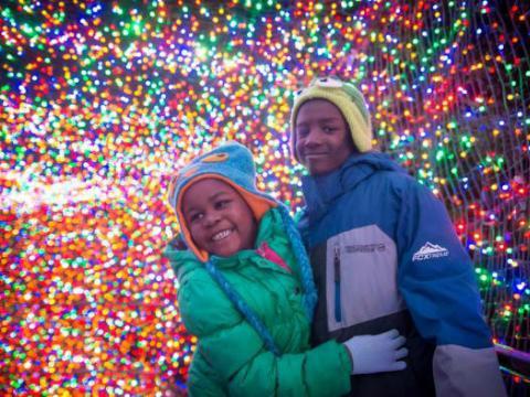 Bons moments en famille lors des illuminations ZooLights de l'Oregon Zoo