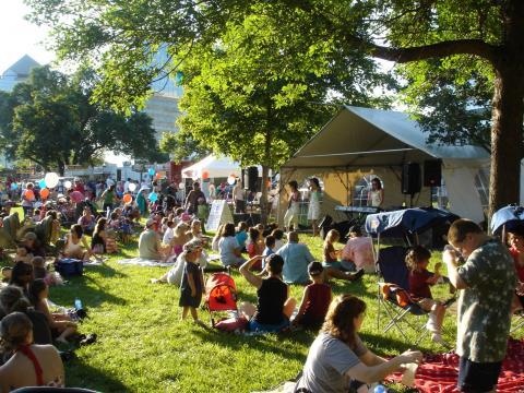 Musique et pique-nique lors de la fête estivale Summer Fete