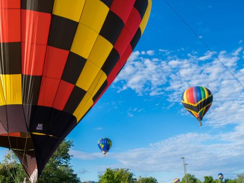 Les participants colorés du rassemblement de montgolfières Cortez Hot Air Balloon Rally