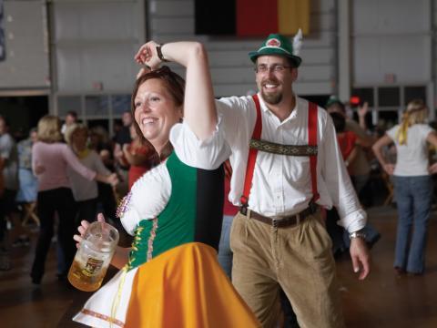 Danse en tenues traditionnelles allemandes lors de l'Oktoberfest, la célèbre fête de la bière