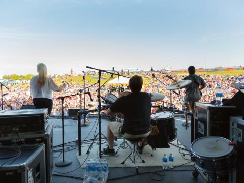 Concert sur la scène surplombant la pelouse du KCQ Country Music Festival