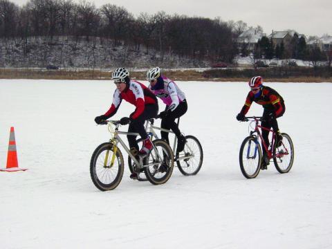 Course de VTT sur neige pendant la Winter Fete