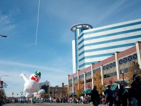 La parade des fêtes de fin d'année gaiement menée par un bonhomme de neige