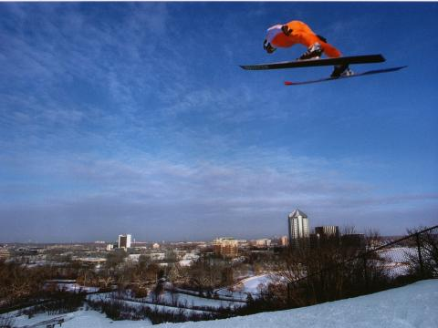 Un athlète prend son envol sur le tremplin de Bush Lake Ski Jump