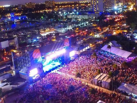 Vue aérienne d'un concert nocturne lors du Riptide Music Festival