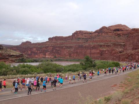 Participants en plein effort lors du semi-marathon Thelma & Louise