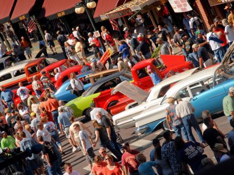 Rangées de voitures à découvrir pendant les Kool Deadwood Nites