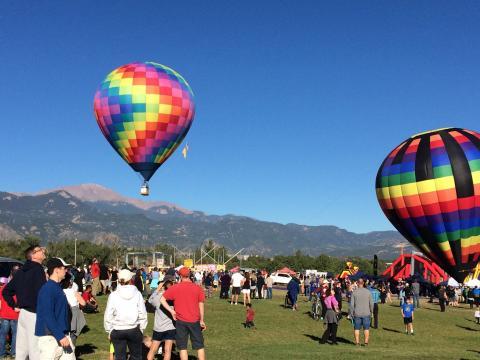 Montgolfières prenant leur envol pendant l'événement Colorado Springs Labor Day Lift Off