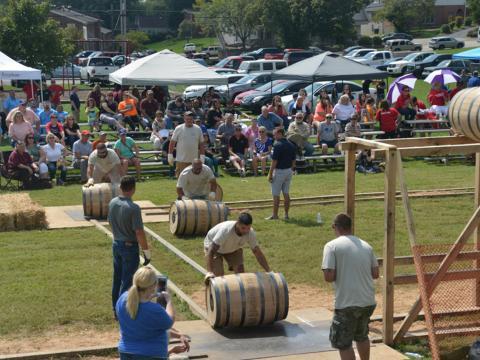 Course de relais de tonneaux de bourbon lors du Kentucky Bourbon Festival