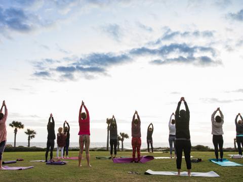 Yoga au bord de l'eau lors de l'Amelia Island Wellness Festival, dédié au bien-être