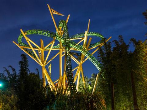 Vue de nuit des montagnes russes Cheetah au Busch Gardens Tampa Bay