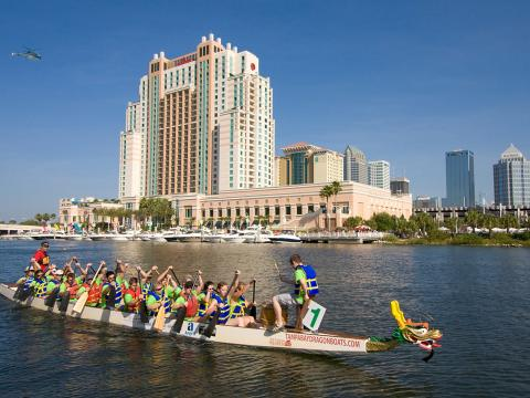 Course de bateaux-dragons à Tampa, en Floride