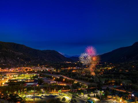 Feu d'artifice illuminant le ciel au-dessus de Glenwood Springs