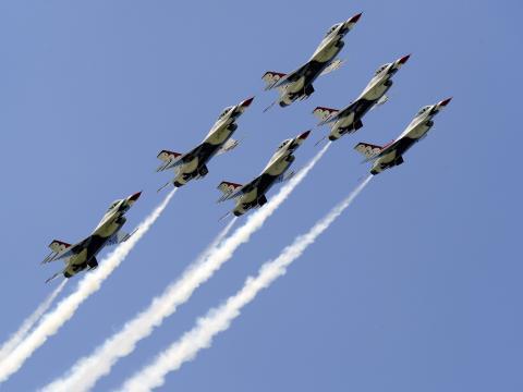 Des avions en formation lors du spectacle aérien Duluth Air Show dans le Minnesota