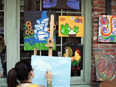 Une artiste à l'œuvre lors de l'événement Spring Art Walk, qui permet de découvrir l'art de LakeCharles à l'occasion d'une balade en ville