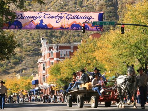 Défilé de véhicules sans moteur lors du Durango Cowboy Poetry Gathering, une rencontre de poésie annuelle autour de la culture cowboy