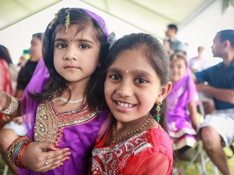 Enfants participant au Gilbert Global Village Festival et portant une robe traditionnelle