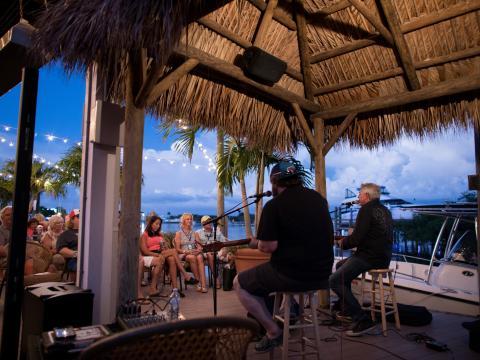 Un concert au bord de l'eau pendant le festival Island Hopper Songwriter Fest