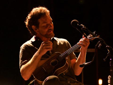 Eddie Vedder sur scène lors de l'Ohana Music Festival à Dana Point, en Californie