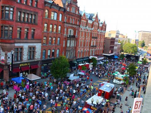 Vue aérienne du festival de rue PearlPalooza à Albany, dans l'État de New York