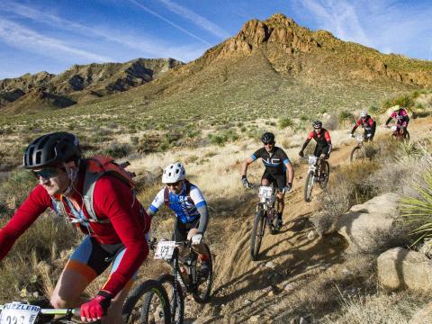 Des concurrents s'affrontent lors de la Puzzler Mountain Bike Race à El Paso, Texas
