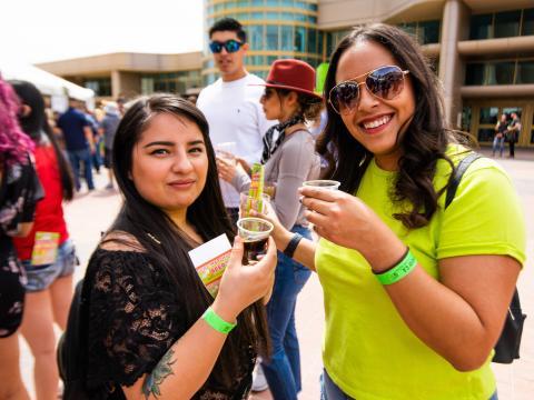 Jeunes femmes, bière en main, prenant la pose au Sun City Craft Beer Fest à El Paso, Texas