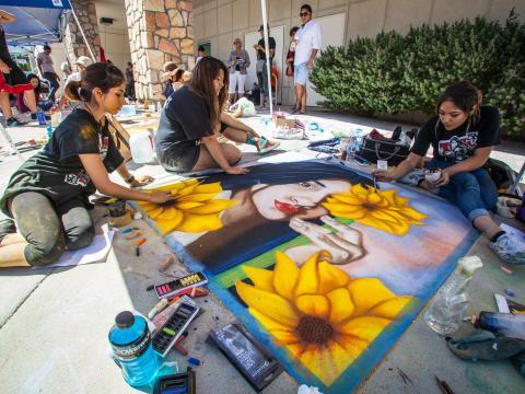 Œuvres dessinées à la craie en direct pendant le festival Chalk the Block à El Paso, Texas