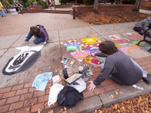 Des artistes à l'œuvre durant le Sidewalk Chalk Art Festival à Forest Grove, dans l'Oregon